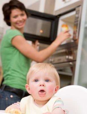 Не топлете бебешката храна в микровълнова печка